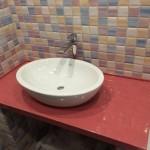 Цельнолитая столешница из мрамора в ванную комнату, монолитный плинтус. Позволяет установить множество видов раковин – врезная, наставная, прикладная снизу и сверху.