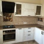 Кухонная столешница из мрамора с влитой раковиной.
